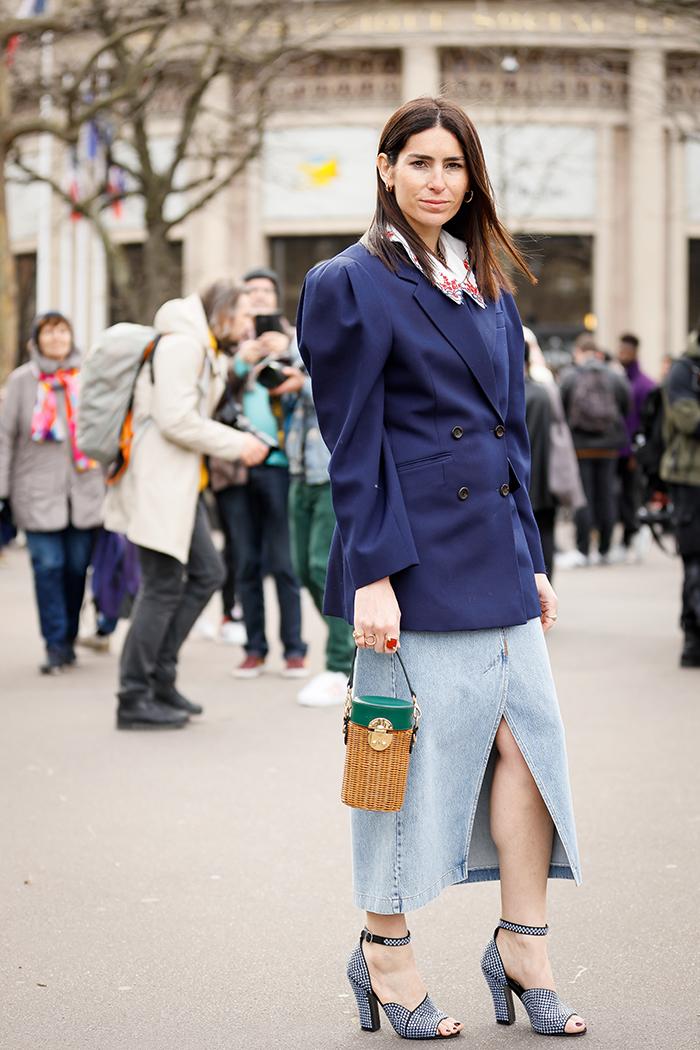 как стильно носить джинсовую юбку миди