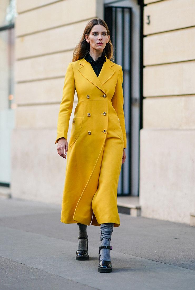 желтое пальто 2021 как носить