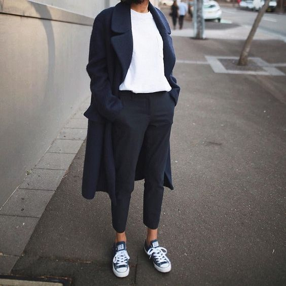 с чем носить пальто оверсайз синего цвета 2021 образы